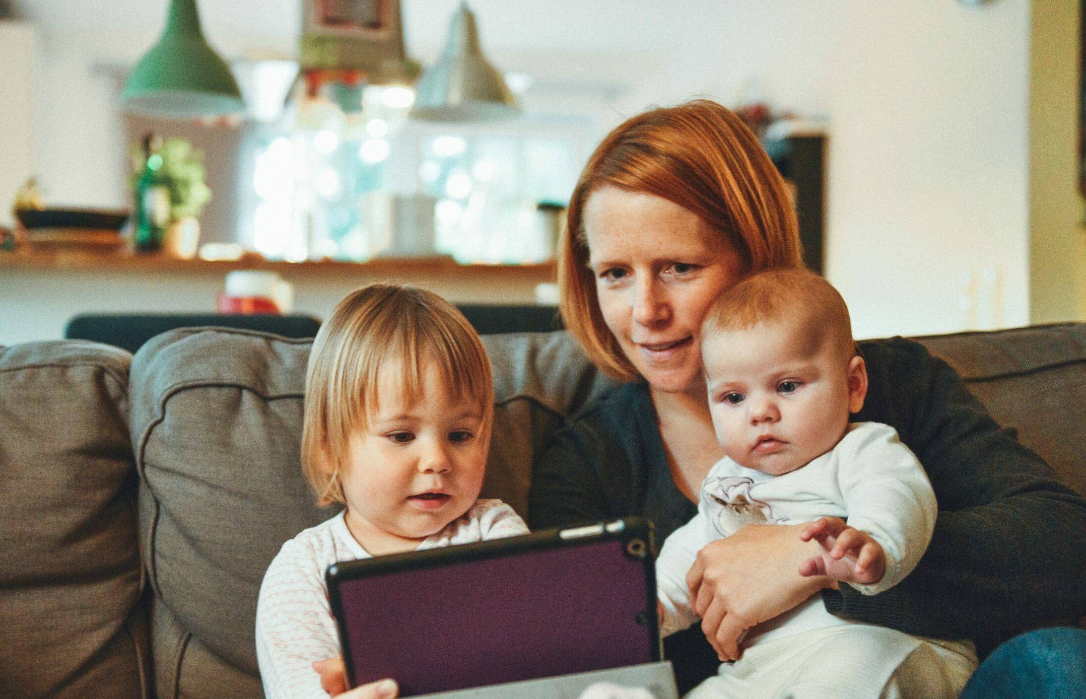 Famille canapé tablette visite à distance